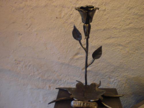 Kovová rùže se stojanem na svíèku