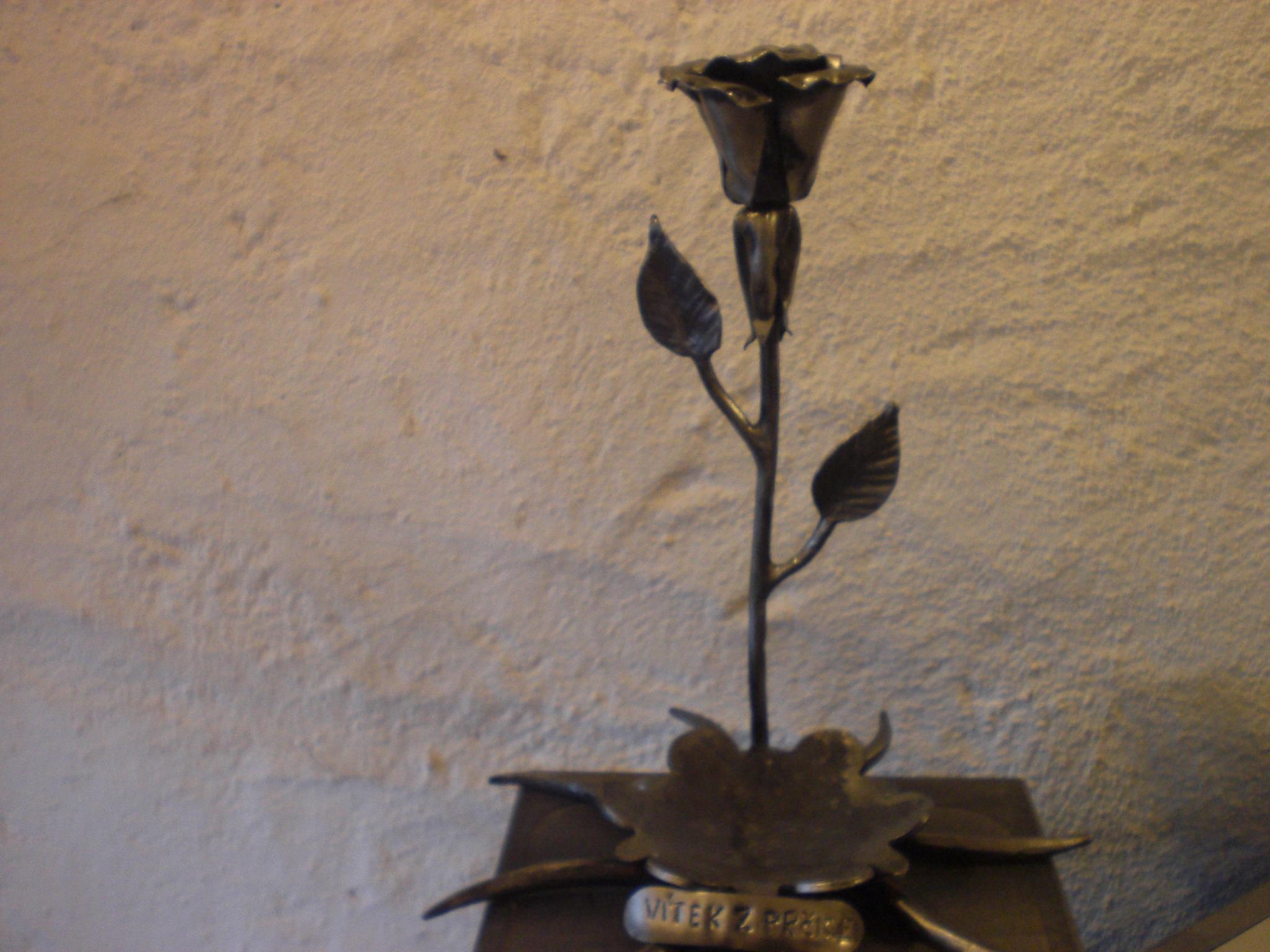 Kovová rùže se stojanem na svíèku - zvìtšit obrázek